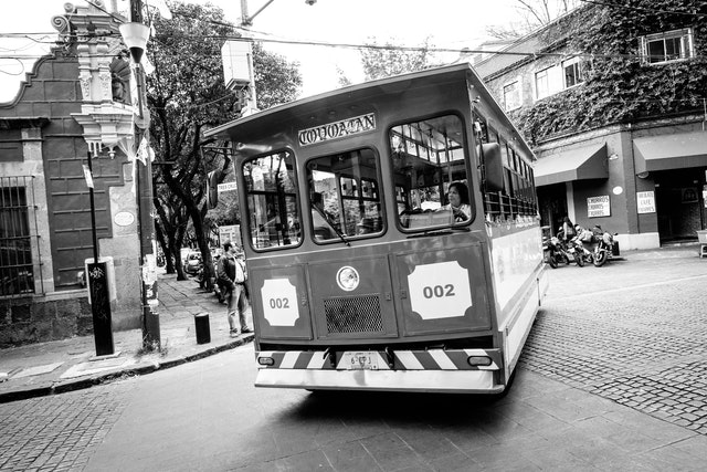 A trolly bus making a turn in Coyoacán.