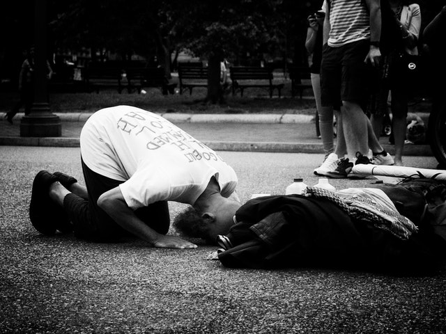 A muslim man praying in front of the White House.