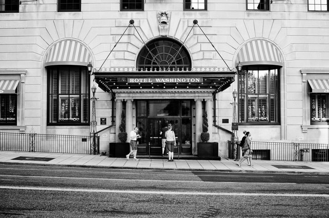 The entrance of the Hotel Washington.