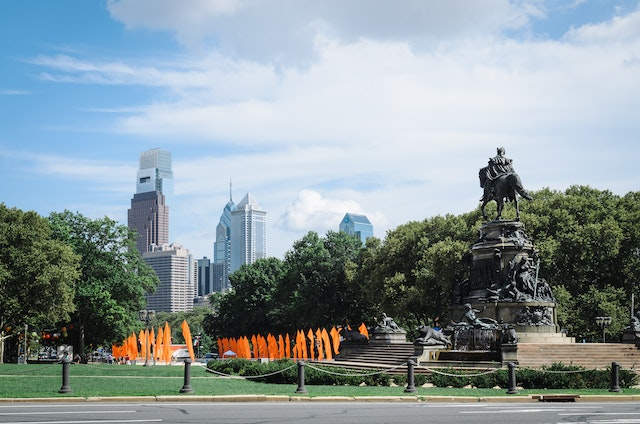Statue of George Washington in front of the Philadelphia Museum of Art, with the Philadelphia skyline in the background.