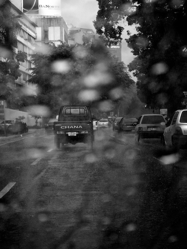Traffic on Luis Roche Ave. in Altamira during a rainstorm.