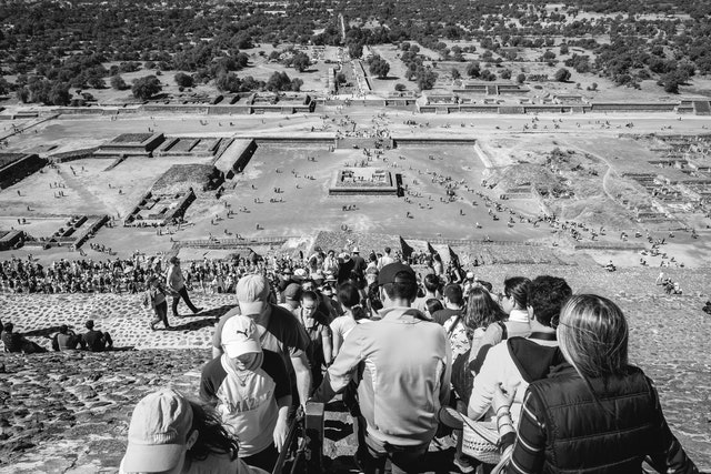 The line of people walking up and down the Pyramid of the Sun in Teotihuacán.