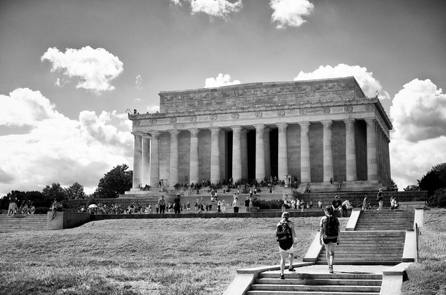 Tourists walking towards the Lincoln Memorial.