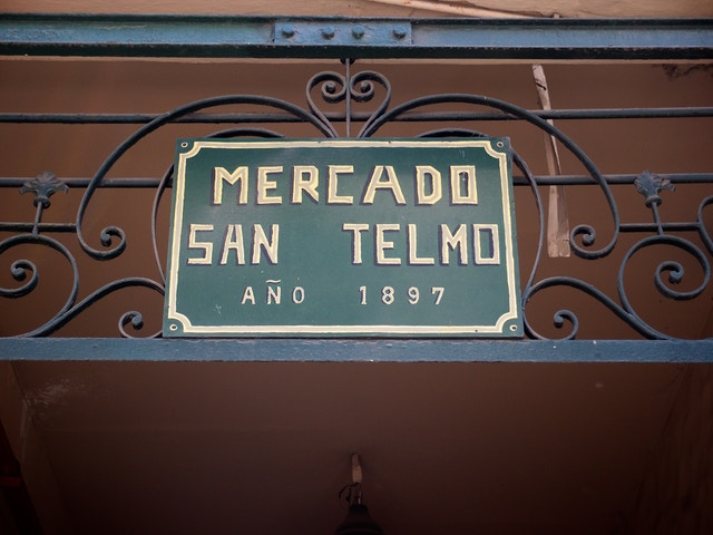 A sign at the entrance of the Mercado San Telmo.