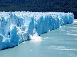 A huge chunk of ice from a serac falls into the Lago Argentino at the Perito Moreno glacier.