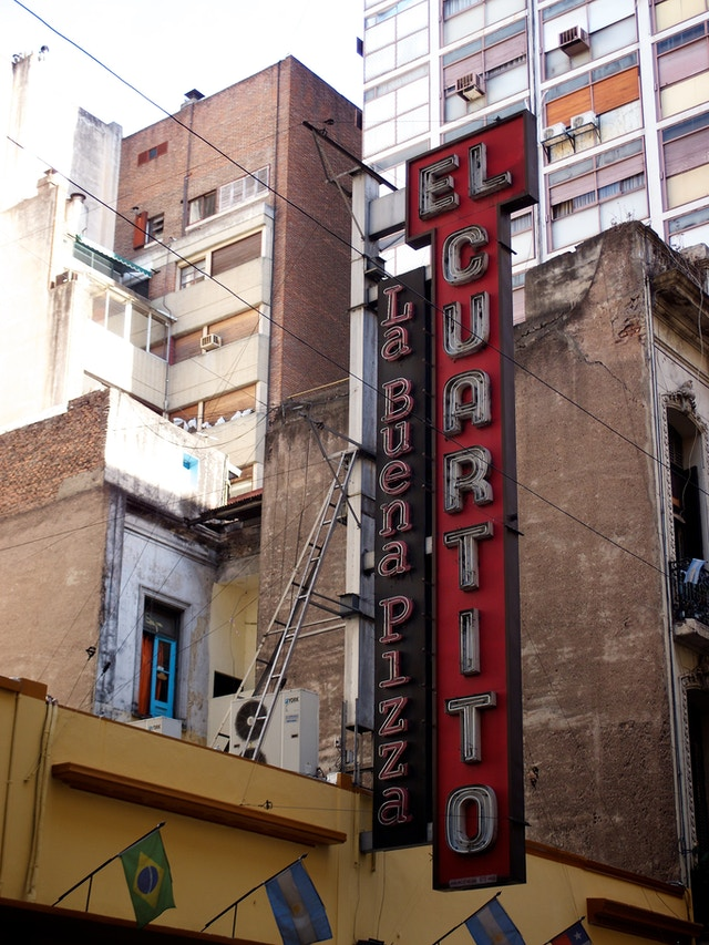 Building sign for El Cuartito, a pizza place in Buenos Aires.